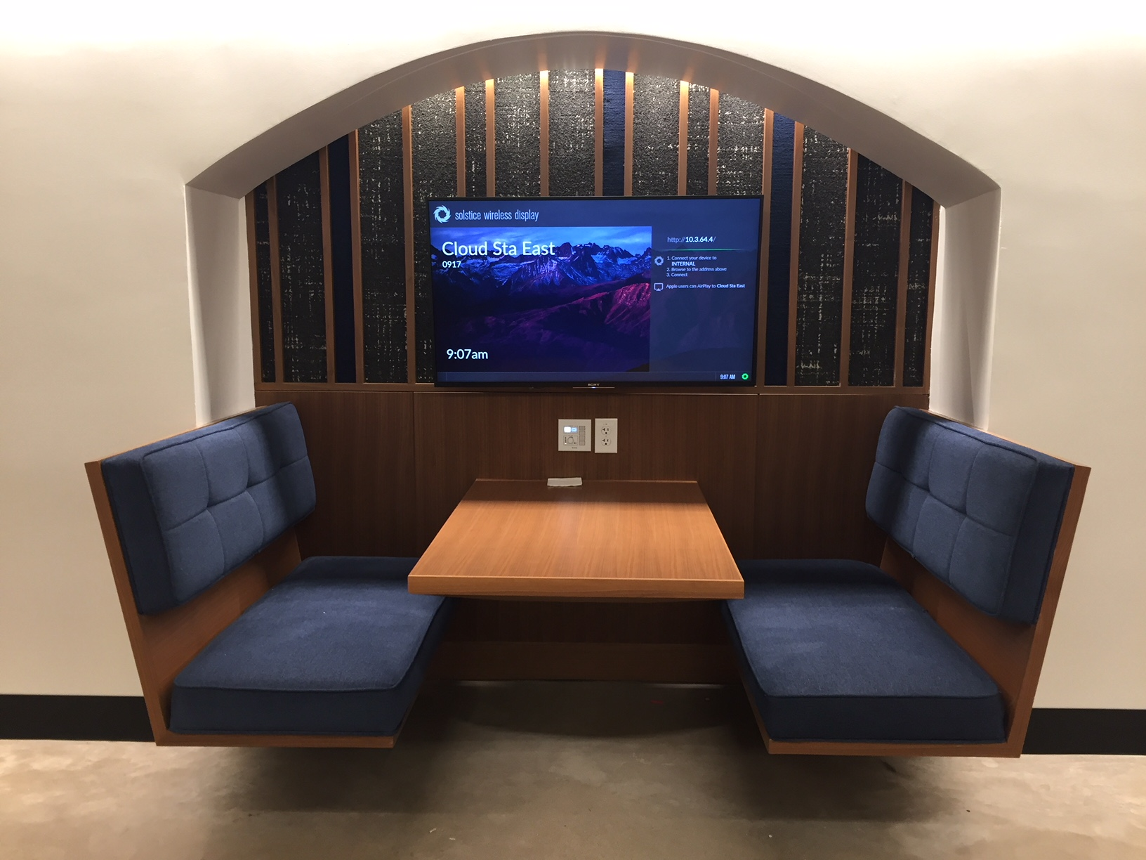A monitor with wireless projection turned this informal learning space at St. Edwards University into an immersive pod.