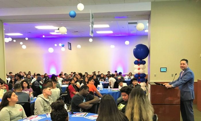"""We're proud that you selected UHD as your university,"" said Dr. Juan Sánchez Muñoz, UHD president, while meeting College of Sciences & Technology (CST) freshmen during Gator Gateway."